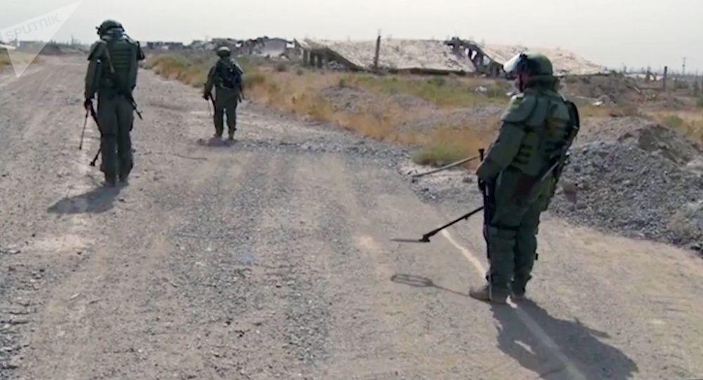 Specjaliści z Międzynarodowego Centrum Przeciwminowego rosyjskich sił zbrojnych podczas rozbrojenia Dajr az-Zaur