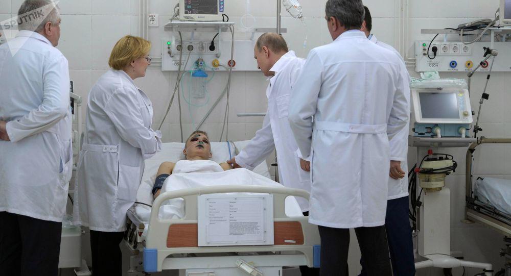"""Władimir Putin odwiedził szpital, w którym znajdują się poszkodowani w pożarze w centrum handlowym """"Zimowa wiśnia"""" w Kemerowie"""