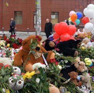 Президент РФ Владимир Путин возлагает цветы к стихийному мемориалу у торгового центра Зимняя вишня в Кемерово, где случился пожар