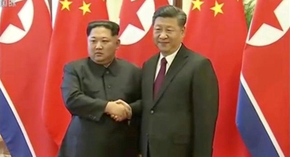 Przywódca KRLD Kim Dzong Un i przewodniczący Chińskiej Republiki Ludowej Xi Jinping w Pekinie