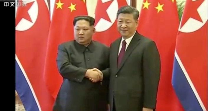 Przywódca KRLD Kim Dzong Un i Xi Jinping w Pekinie