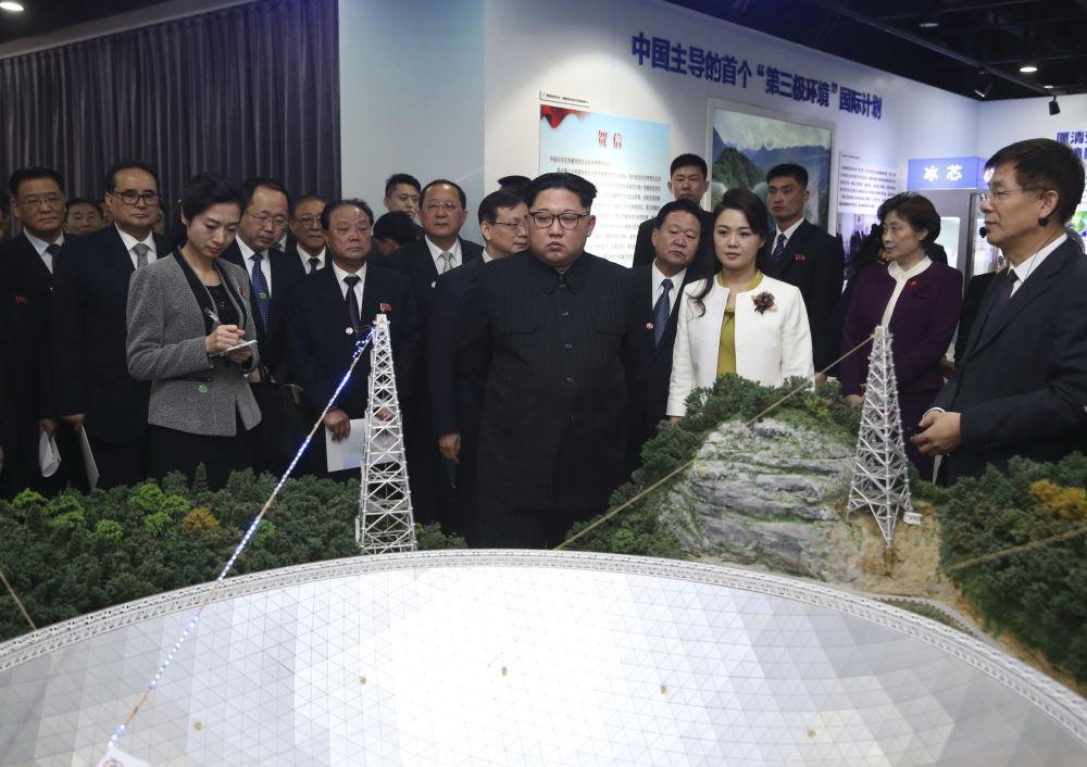 Lider KRLD Kim Dzong Un z żoną Ri Sŏl Ju zwiedzają wystawę w Akademii Nauk Chin