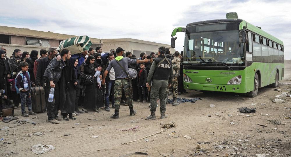 Cywile przygotowują się do opuszczenia Wschodniej Guty przez korytarz humanitarny w osadzie Hammuria