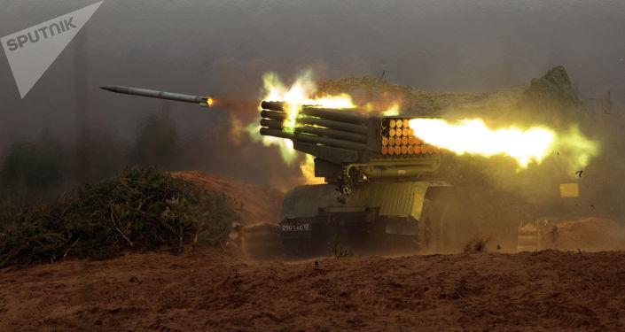 """Wieloprowadnicowy system rakietowy """"Grad"""" podczas strzałów bojowych w obwodzie leningradzkim"""