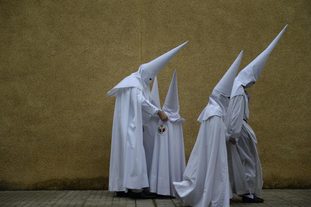 Członkowie Zakonu Pokutujących Grzeszników podczas procesji w Wielki Tydzień w Sewilli, w Hiszpanii