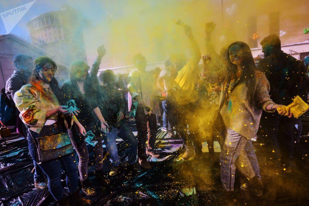 Uczestnicy festiwalu farb Holi-Mel w Centrum Kultury Indyjskiej w Moskwie