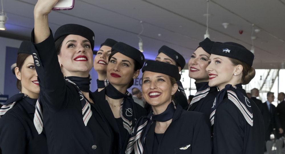 Stewardesy greckich linii lotniczych Aegean Airlines