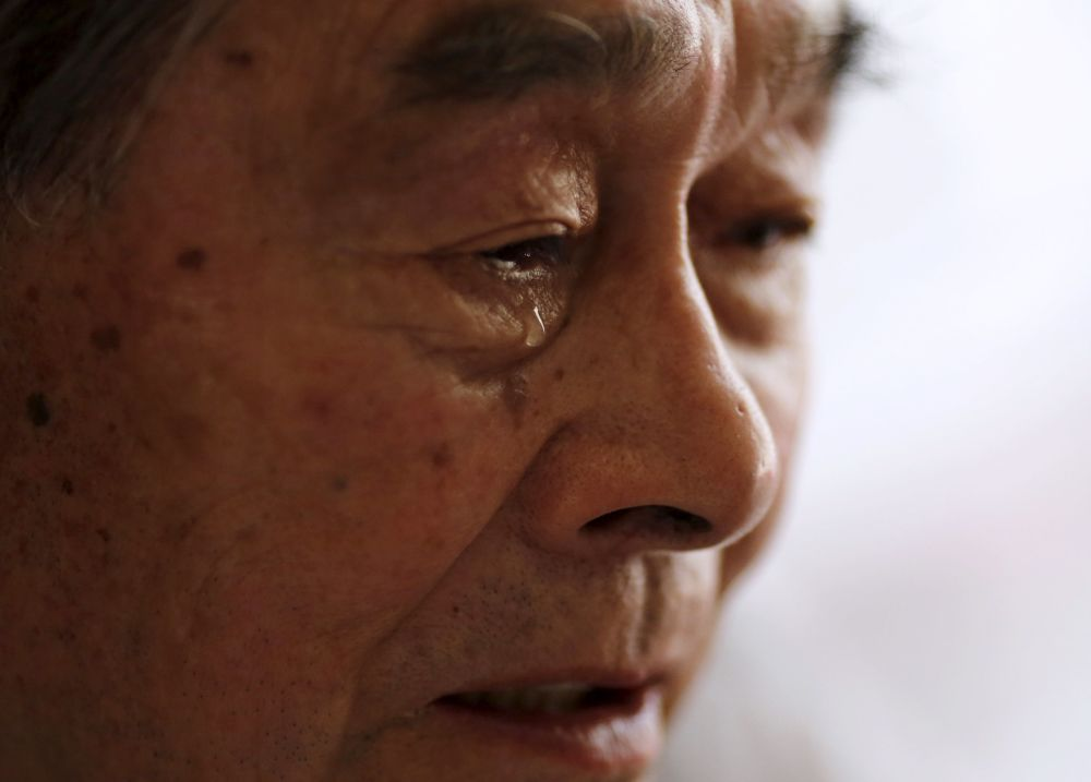 86-letni mieszkaniec prowincji Fukushima Yoshiteru Kohata, który przeżył atak atomowy na Nagasaki, płacze opowiadając o wyarzeniach 9 sierpnia