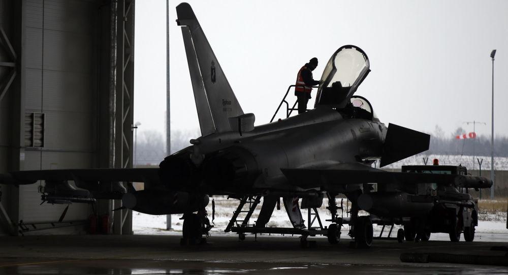 Włoski myśliwiec Eurofighter Typhoon w bazie lotniczej NATO na Litwie