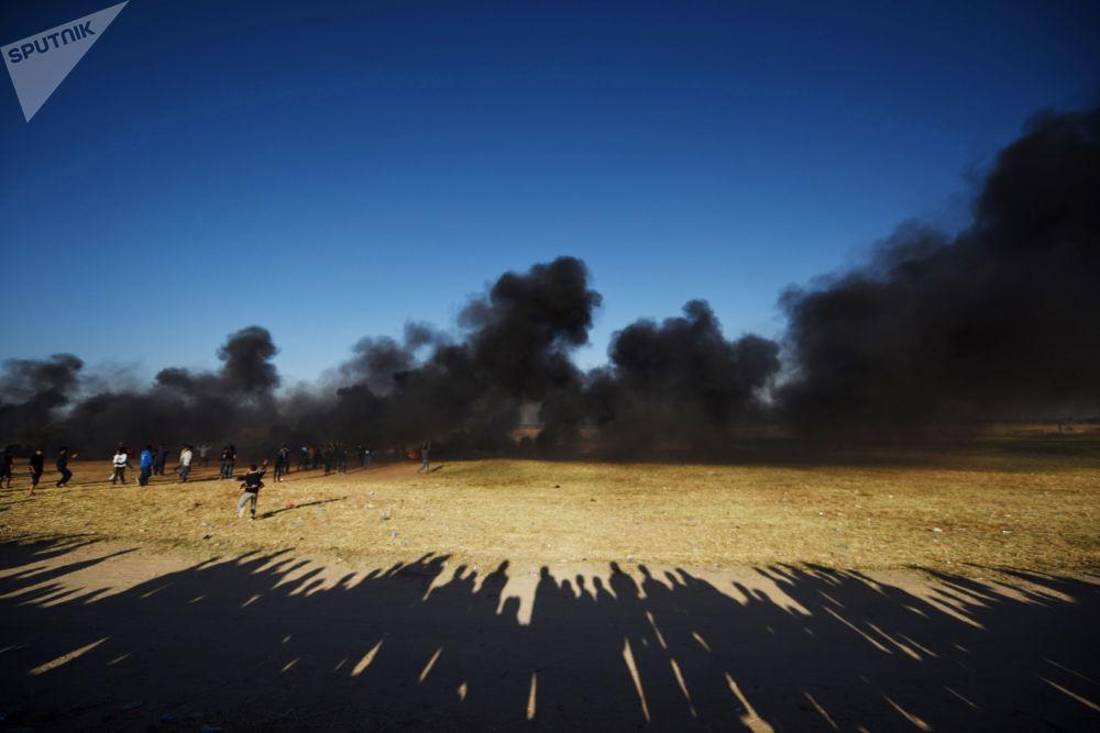 Palestyńscy demonstranci podczas starć z wojskami izraelskimi na granicy Strefy Gazy i Izraela