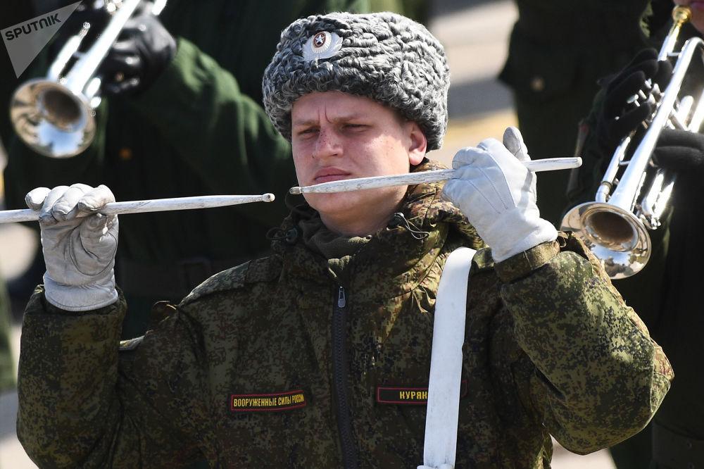 """Żołnierz podczas próby przed Paradzą Zwycięstwa na poligonie wojskowym """"Alabino"""""""