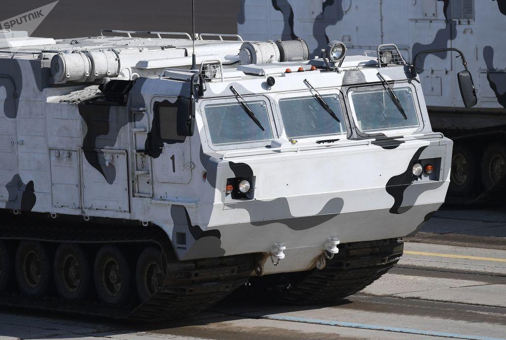 """Przeciwlotniczy system rakietowy """"Tor M2"""" na bazie pojazdu terenowego DT-30 podczas próby przed Paradą Zwycięstwa na poligonie wojskowym """"Alabino"""" w obwodzie moskiewskim"""