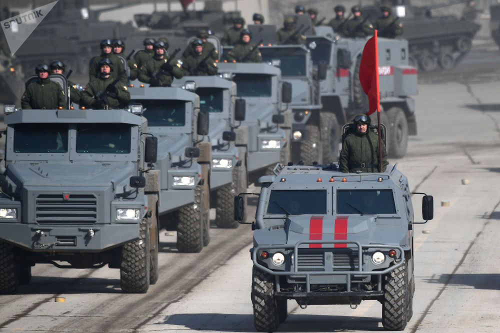 """Opancerzone samochody """"Patrol"""" i samochód pancerny """"Tygrys"""" podczas próby przed Paradą Zwycięstwa na poligonie wojskowym """"Alabino"""" w obwodzie moskiewskim"""
