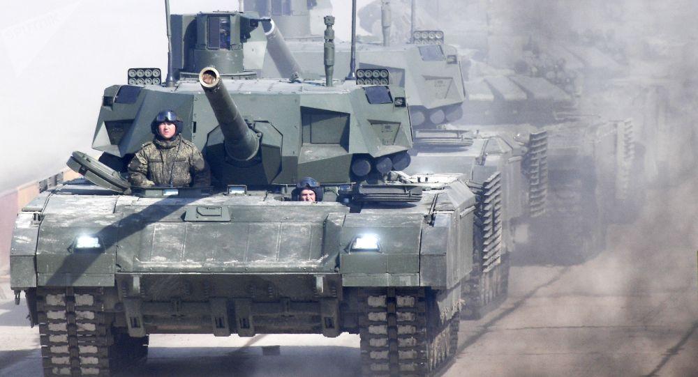 """Czołg T-14 """"Armata"""" podczas próby na Paradzie Zwycięstwa na poligonie wojskowym """"Alabino"""" w obwodzie moskiewskim"""