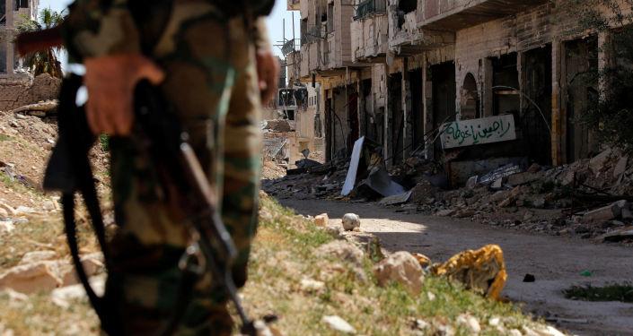 Żołnierz syryjskiej armii na posterunku na jednej z ulic Damaszku