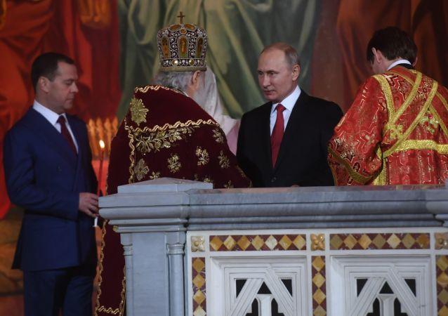 Władimir Putin i Dmitrij Miedwiediew na nabożeństwie wielkanocnym w Soborze Chrystusa Zbawiciela w Moskwie
