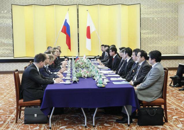 Ministrowie spraw zagranicznych Rosji i Japonii Siergiej Ławrow i Taro Kono podczas spotkania w Tokio