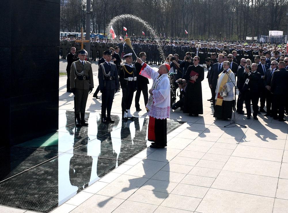 Święcenie pomnika ofiar katastrofy smoleńskiej w Warszawie