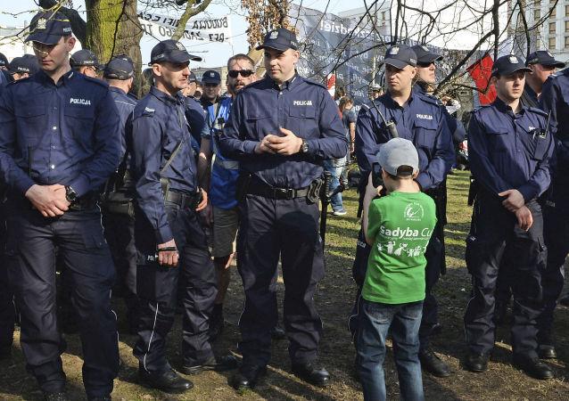 Policjanci ochraniają miejsce odsłonięcia pomnika ofiar katastrofy smoleńskiej w Warszawie