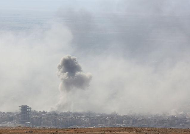 Dym po wybuchu w syryjskim mieście Duma