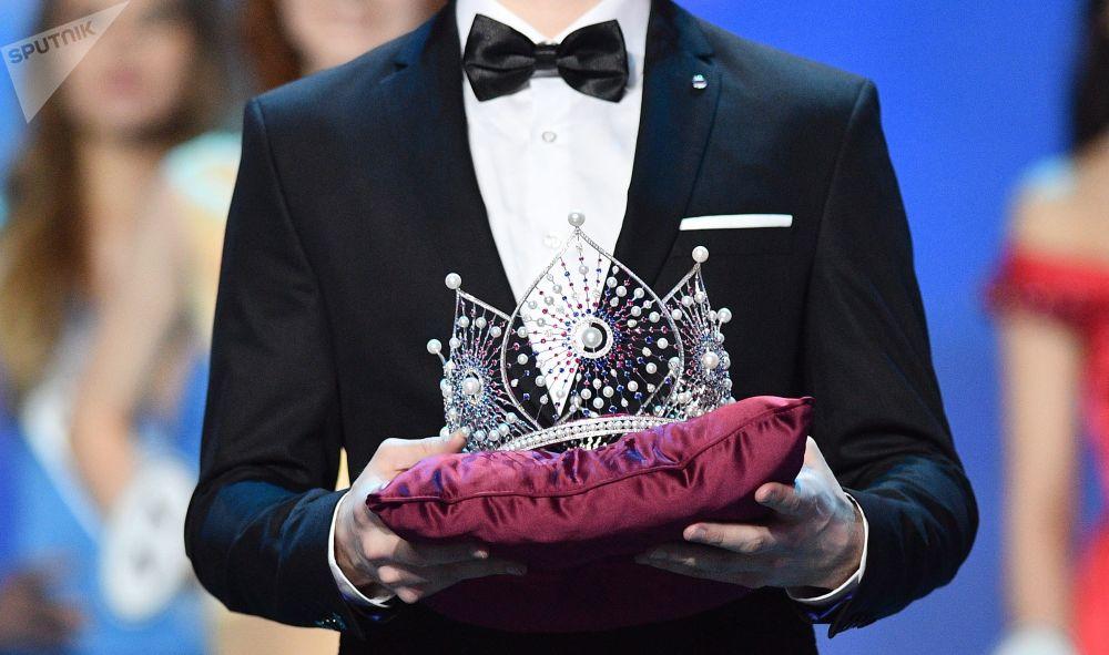Korona Miss Rosji na ceremonii nagrodzenia finalistek konkursu Miss Rosja 2018