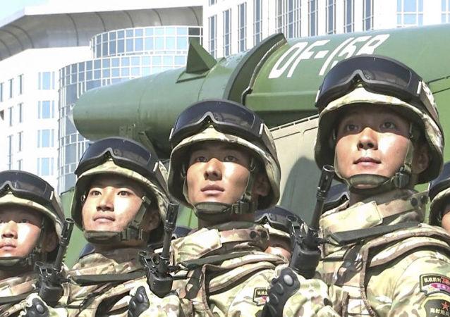 Żołnierze wojsk rakietowych Chińskiej Armii Ludowo-Wyzwoleńczej. Zdjęcie archiwalne