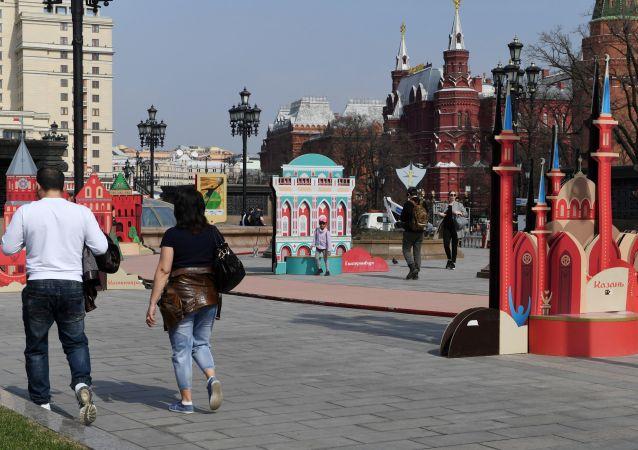 Turyści na Placu Maneżowym w Moskwie