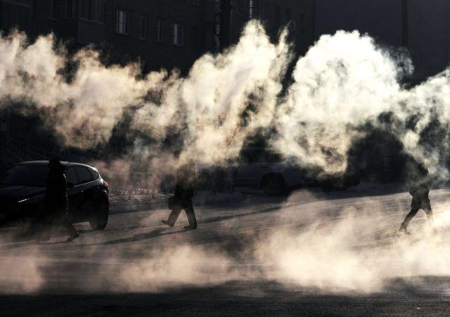 Para od mrozu na jednej z centralnych ulic Krasnojarska