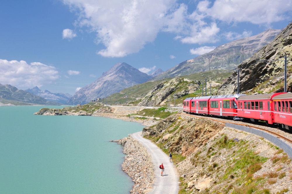 Regionalny pociąg, przejeżdżający obok jeziora Lago Bianco