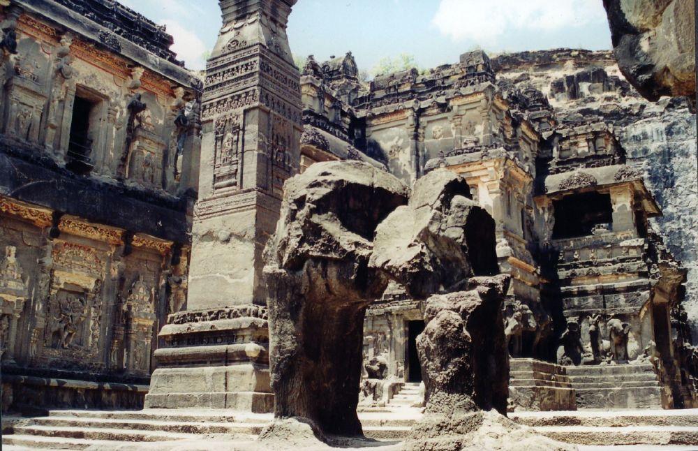 Elura - świątynie wykute  w bazaltowej skale, Indie