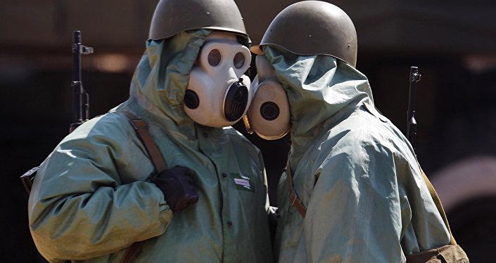 Wojskowi w maskach przeciwgazowych