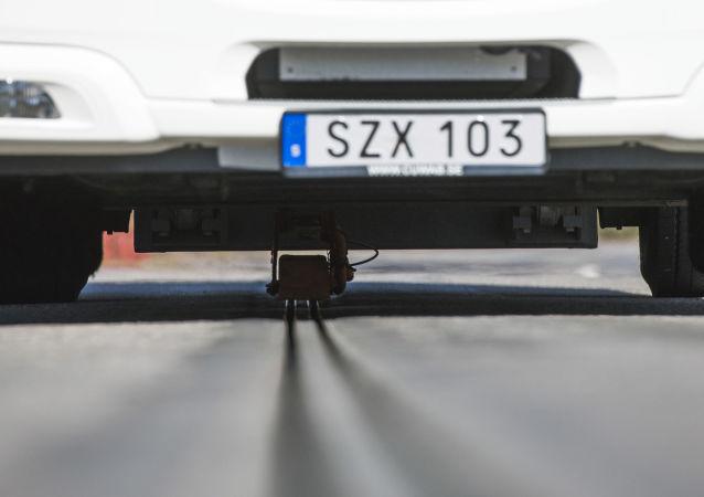 Elektrociężarówka na pierwszej na świecie zelektryfikowanej drodze w Szwecji
