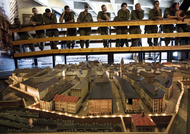 Izraelscy żołnierze obserwują model warszawskiego getta w muzeum w Izraelu