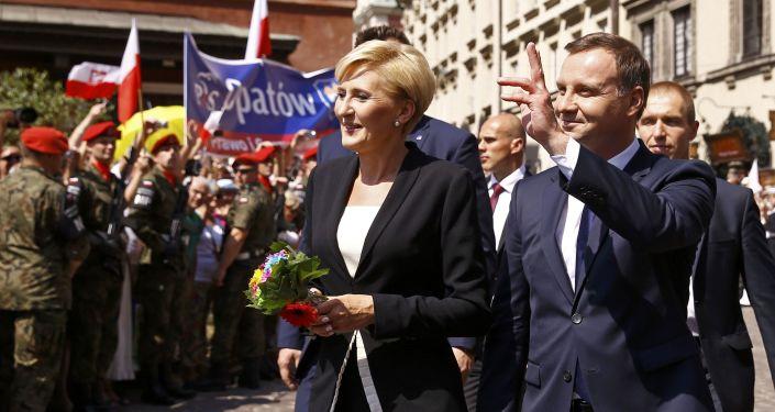 Nowy prezydent Polski Andrzej Duda z żoną Agatą Kornhauser-Duda na ulicy Starego Miasta w Warszawie
