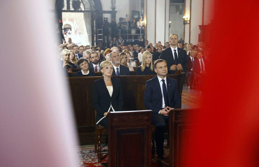 Nowy prezydent Polski Andrzej Duda i jego żona Agata Kornhauser-Duda biorą udział w mszy świętej  w bazylice archikatedralnej św. Jana Chrzciciela
