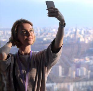 Dziewczyna na najwyższym placu widokowym w Europie, który znajduje się na 88 piętrze kompleksu biznesowego Moskwa city