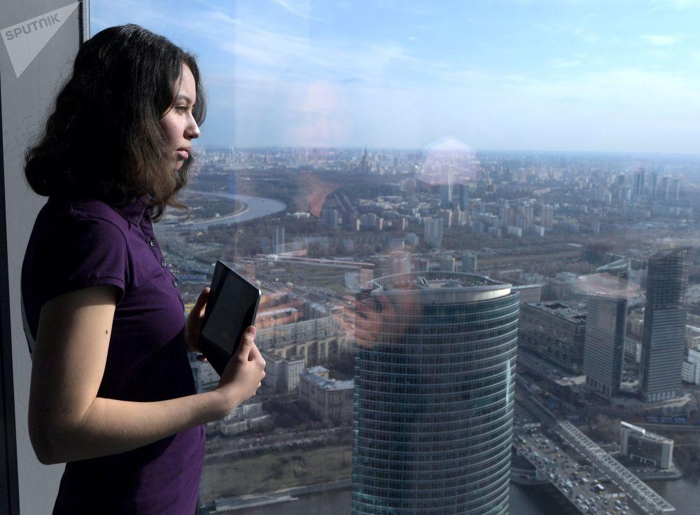 Dziewczyna na najwyższym placu widokowym w Europie, który znajduje się na 88 piętrze kompleksu biznesowego Moskwa city.