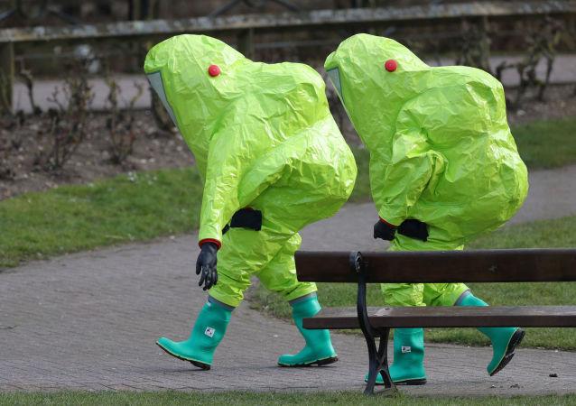 Pracownicy służb specjalnych na miejscu znalezienia Skripalów w Salisbury