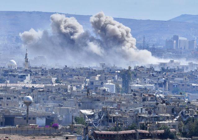Płonące domy na przedmieściach Damaszku
