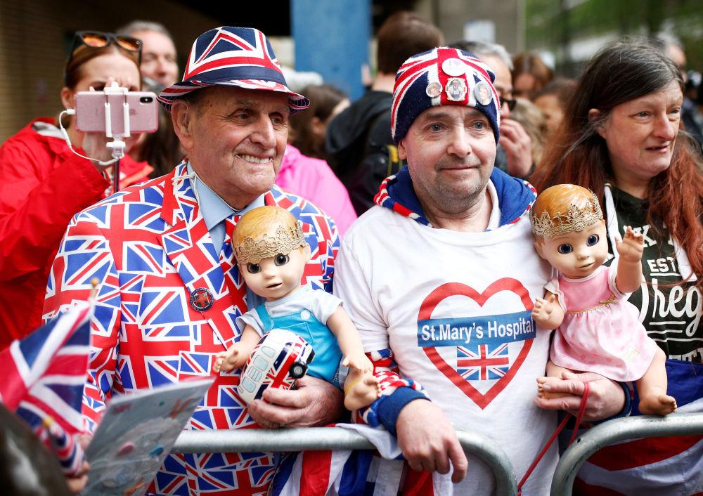 Wielbiciele królewskiej rodziny przed szpitalem w centrum Londyna