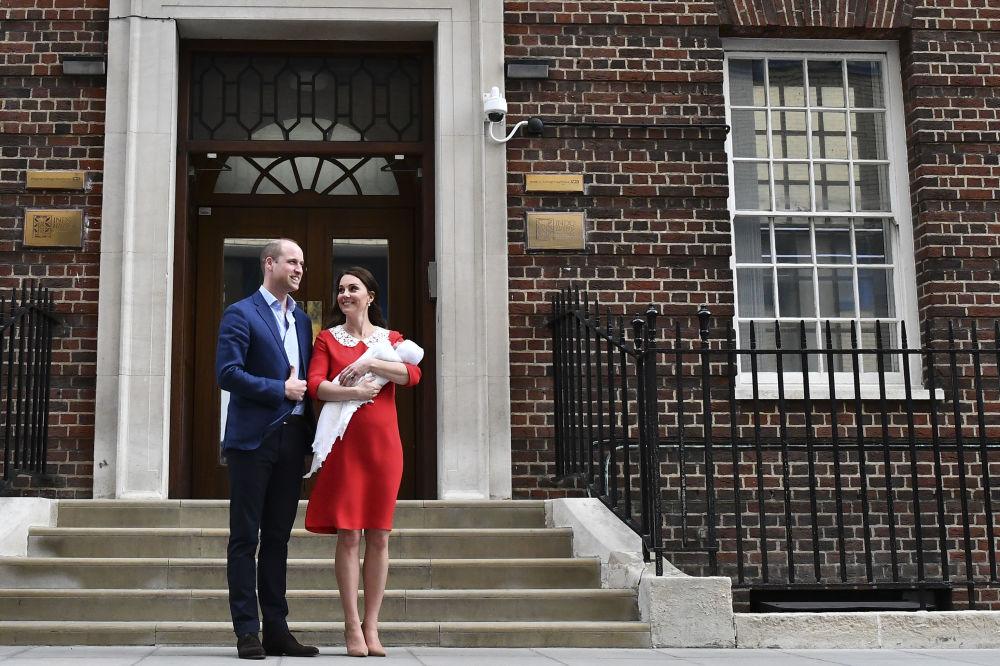 Księżna Cambridge i książę William z nowo narodzonym synem