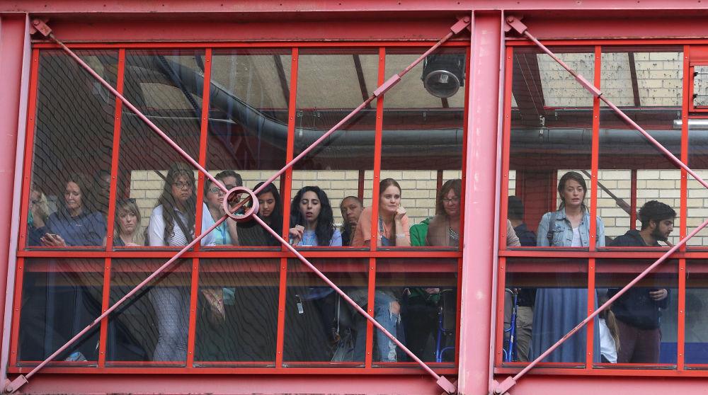 Ludzie przed szpitalem w Londynie