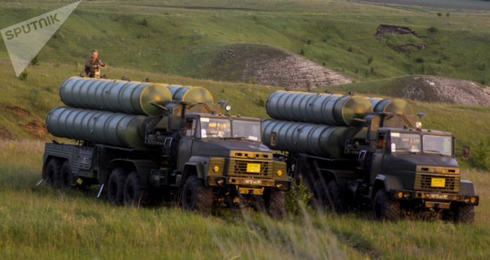 Rakietowe systemy przeciwlotnicze S-300 Faworit w czasie manewrów