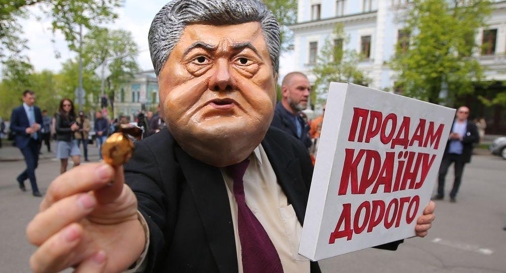 Uczestnicy akcji protestu przeciwko obecnemu prezydentowi Ukrainy Petrowi Poroszence przed budynkiem administracji prezydenta w Kijowie
