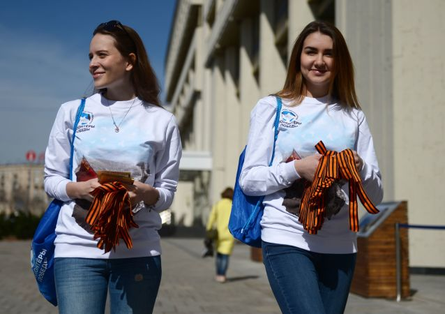 Wolontariusze rozdający wstążki św. Jerzego