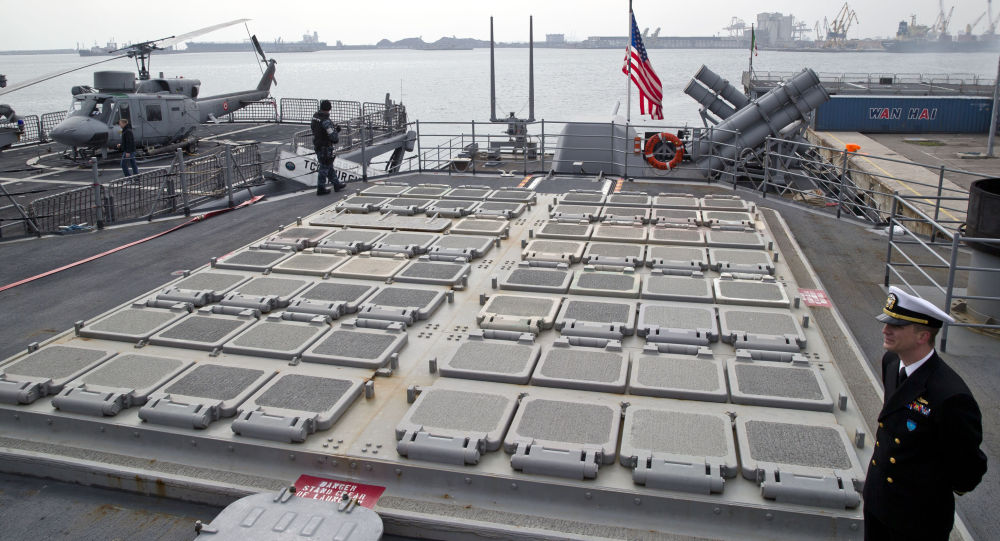 Żołnierz amerykańskiej piechoty morskiej przy platformie startowej na pokładzie lotniskowca