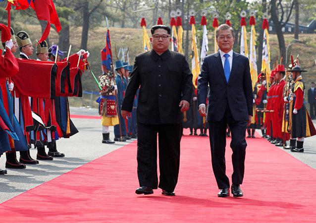 Prezydent Korei Południowej Moon Jae-in w towarzystwie przywódcy Korei Północnej Kim Dzong Una w punkcie negocjacyjnym Panmundżom w strefie zdemilitaryzowanej, Korea Południowa, 27 kwietnia 2018 r.