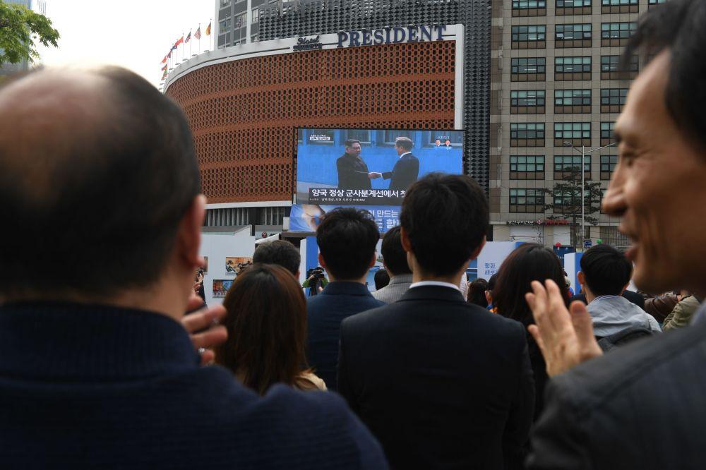 W Seulu ludzie oglądają historyczne spotkanie prezydenta Korei Południowej Moon Jae-ina i lidera KRLD Kim Dzong Una