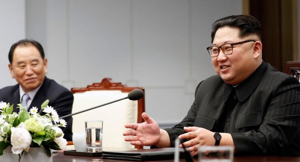 Przywódca KRLD Kim Dzong Un podczas międzykoreańskiego szczytu w wiosce Panmundżom w strefie zdemilitaryzowanej, która dzieli obie Koree