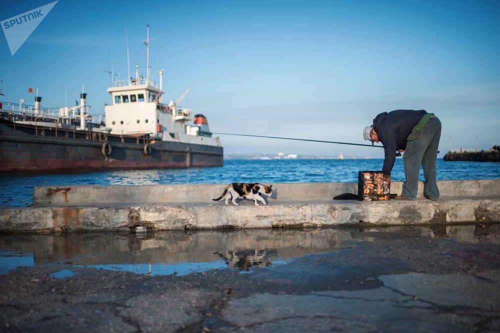 Mężczyzna łapie rybę na wybrzeżu mieście Kiercz